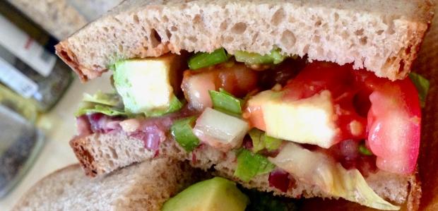 Boterham met zelfgemaakte bonen spread, avocado en tomaat