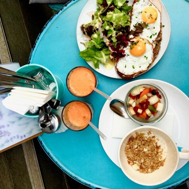 Vegan granola met fruit, sap en fitness ontbijt met avocado en salade